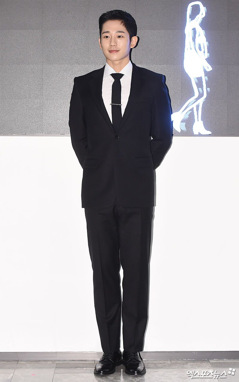 <p>Actor Jung Hae In, who attended Chugai Travel commemorating the Duty Free Shop opening ceremony held at Hyundai Department Store Trade Center in Samseong-dong, Seoul on the 1st, poses.</p>
