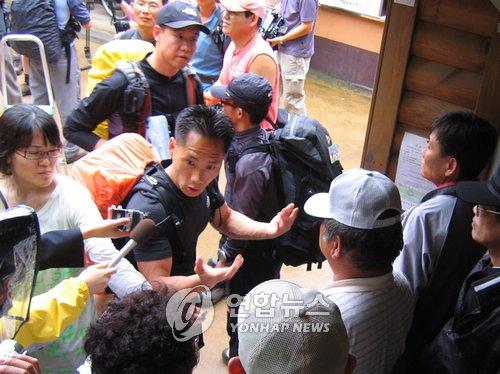속리산 법주사 매표소에서 등산객들이 무료입장을 막는 검표원들에게 거세게 항의하고 있다. [연합뉴스]