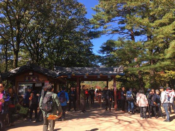 신흥사 관련자들이 문화재 관람료 티켓을 검사하고 있다. 김홍준 기자