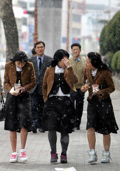 여고생들이 눈발을 피해 걸어가고 있다. 사진=연합뉴스