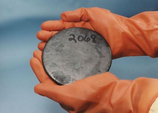 우라늄은 1차 정제시 노란색 가루로 정제되며, 이를 보통 '옐로케이크(Yellow cake)'(위쪽 사진)라고 부른다. 이후 원심분리기법 등을 통해 고농축우라늄(아래쪽 사진)을 만들어 핵무기 개발이나 원자력 발전 등에 쓰인다.(사진=위키피디아)