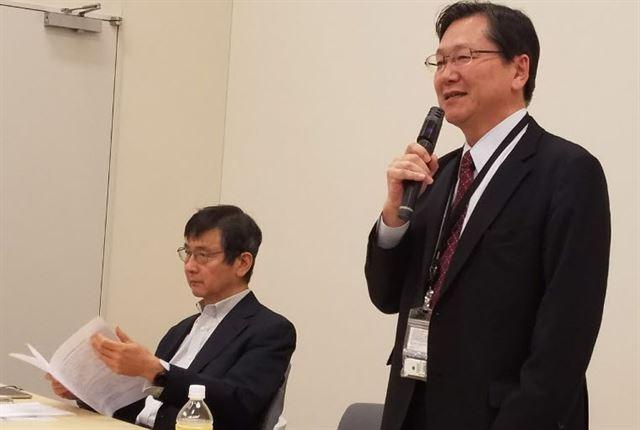 가와카미 시로(오른쪽) 변호사와 야마모토 세이타 변호사가  5일 도쿄 지요다구에 있는 참의원회관 지하 회의실에서 한국 대법원의 징용배상 판결과 관련해 공동성명을 발표하고 있다. 도쿄=연합뉴스