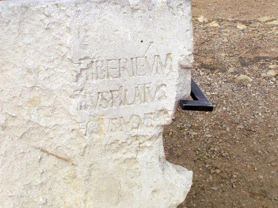 1961년 이스라엘의 로마시대 지어진 야외극장에서 발견된 라틴어 석판. 폰티우스 필라투스의 이름이 포함돼있어 그가 실존인물이었음이 정확히 증명됐다.(사진=위키피디아)