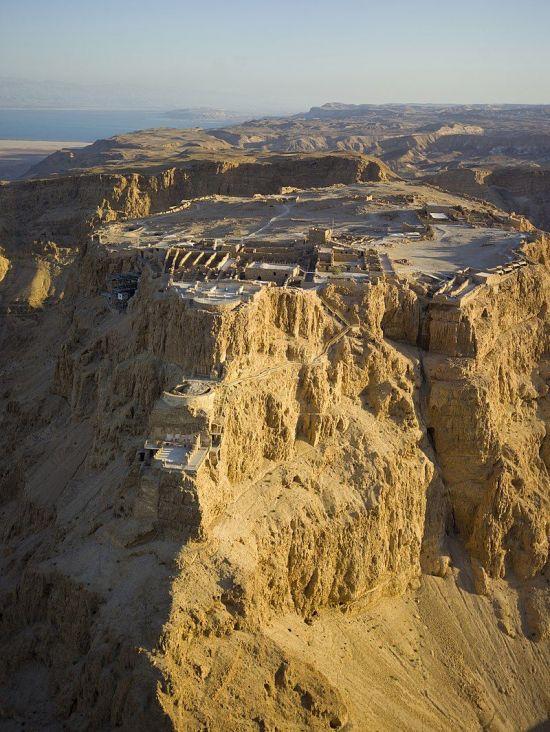 서기 66년, 유대지역 내 반 로마파가 일으킨 내전인 유대-로마 전쟁시 유대 반군이 최후 거점으로 삼았던 마사다 요새의 모습. 현재도 이스라엘군은 신병훈련을 이곳에서 마친다.(사진=위키피디아)