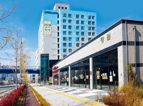 지난 25일 오후 충북혁신도시 한국가스안전공사 인근 대로변에 빈 상가가 줄줄이 늘어서 있다. 유리창엔 '임대' '분양' 같은 스티커가 붙어 있었고, 문을 닫은 음식점들도 많았다. /이송원 기자