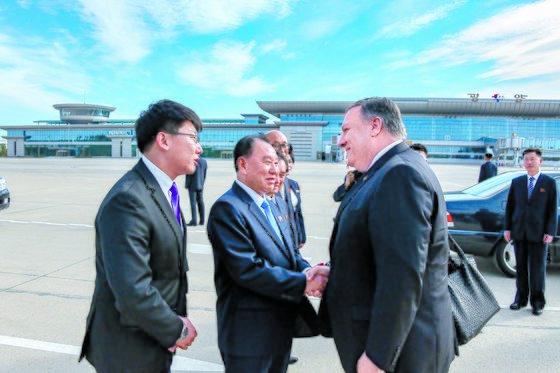 지난 10월 평양을 방문한 마이크 폼페이오 미국 국무장관이 순안 공항에 마중 나온 김영철 북한 노동당 부위원장과 만나 악수하고 있다. [사진 뉴스1]