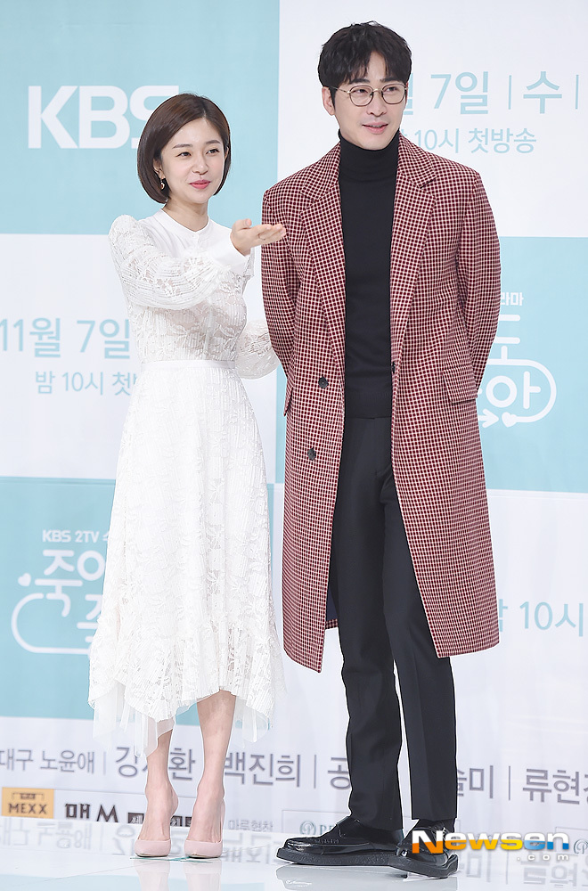 <p>Actors Baek Jin-hee and Kang Ji-hwan are taking a pose to attend the KBS 2TV new drama Im Dying to Die at the Amris Hall in Times Square in Yeongdeungpo-gu, Seoul on November 5th.</p><p>On the other hand, it is a drama depicting the episode of The Office, the head of Unbeliever Kang Ji-hwan who is good to die, and the representative of Baek Jin-hee who wants to make him a gang. It will be broadcast on November 7th.</p>