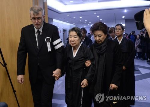 (사진=연합뉴스/신성일 발인 모습)