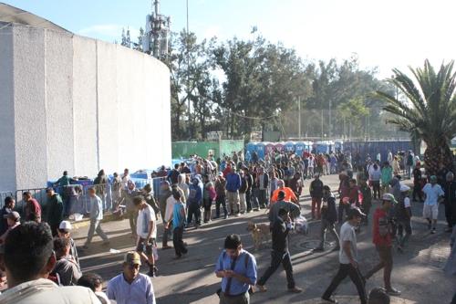 무료 급식을 받으려고 줄 선 중미 이민자들 [멕시코시티=연합뉴스]