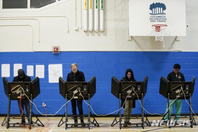 【콜럼버스=AP/뉴시스】미국 오하이오주 콜럼버스에서 6일(현지시간) 중간선거 투표가 진행되고 있다 .2018.11.06