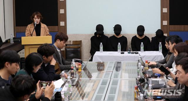 【서울=뉴시스】김선웅 기자 = 지난 6일 오후 서울 종로구 한국기독교회관에서 열린 기독교 내 '그루밍 성폭력' 폭로 기자회견에서 피해자들을 보호하고 있는 정혜민 목사가 발언을 하고 있다. 당사자들은 인천 S교회 청년부 목사에게 미성년자 시절부터 성폭력 피해를 당했다고 밝혔다. 이번 사건의 피해자는 20명이 넘는다. 2018.11.06. mangusta@newsis.com