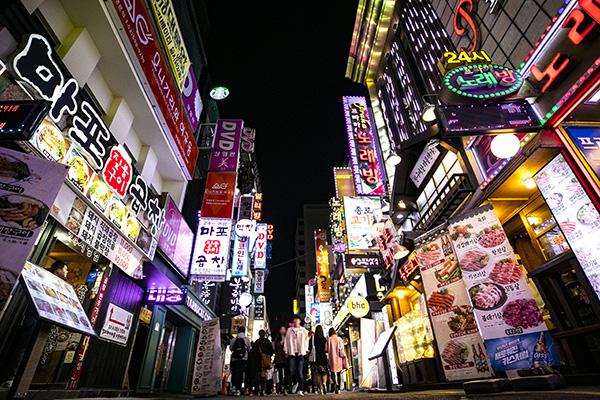 ⓒ시사IN 신선영 2017년 기준 한국의 자영업자와 무급 가족 종사자의 비중은 전체 취업자의 25.4%에 이른다. 사진은 서울 종로의 한 식당가.