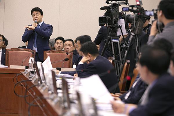 ⓒ시사IN 이명익 10월12일 외식 사업가 백종원 더본코리아 대표(서 있는 이)가 국회 국정감사에 참고인으로 출석해 의원들의 질의에 대답하고 있다.