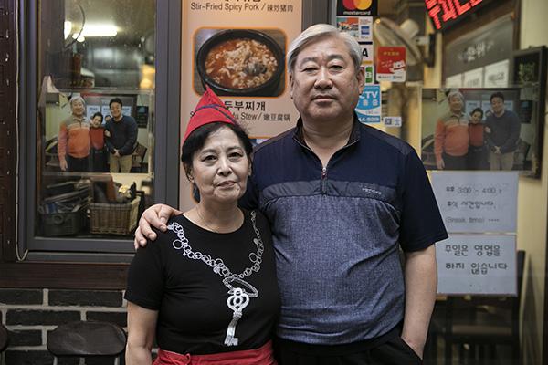 ⓒ시사IN 이명익 이화여대 앞에서 백반집을 운영하는 홍춘기·이상철씨(왼쪽부터) 부부는 <골목식당>에 출연했다.