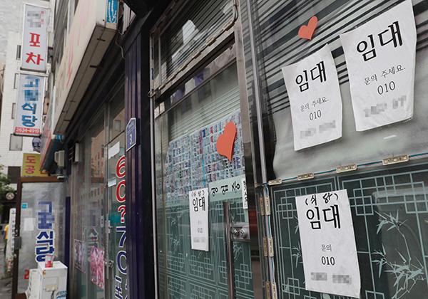 ⓒ연합뉴스 숙박·음식점업의 3년 생존율은 30.2%에 그친다. 위는 임대 공고를 낸 한 식당 모습.