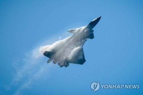 6일 열린 에어쇼에서 비행하는 젠-20 스텔스 전투기 [AFP=연합뉴스]