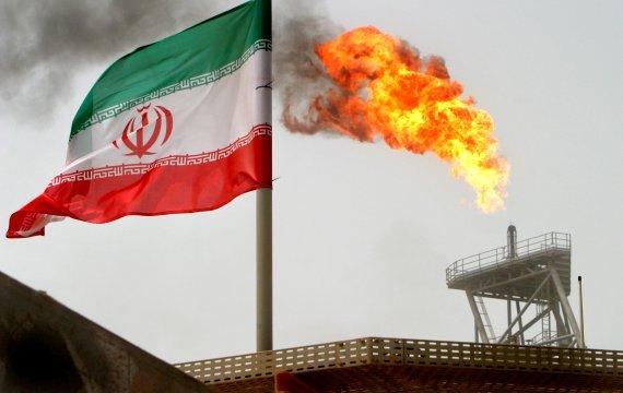 이란 남부 소로쉬 유전지대에서 나부끼는 이란 국가.로이터연합뉴스