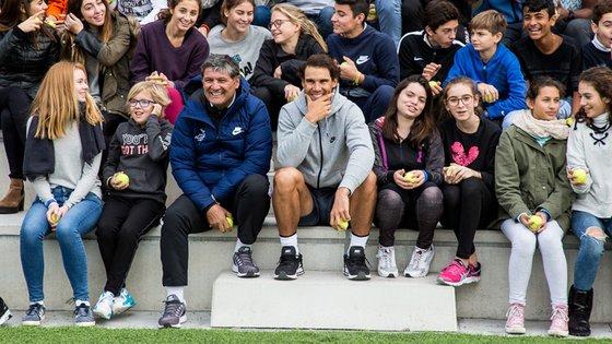 토니 나달(가운데 왼쪽), 라파 나달(가운데)과 아카데미 학생들. [사진 스포티즌]