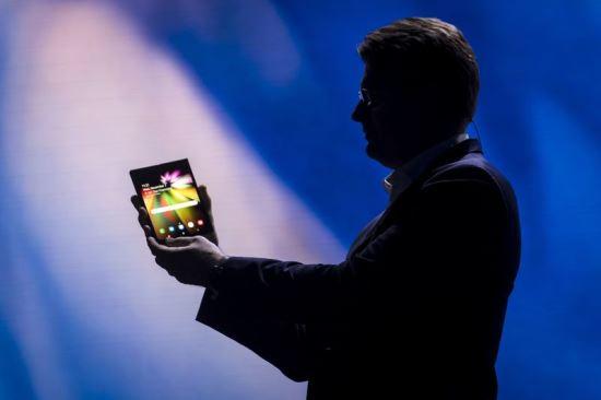 삼성전자 미국법인의 저스틴 데니슨 부사장이 새로운 폴더블폰을 발표하고 있다. 블룸버그
