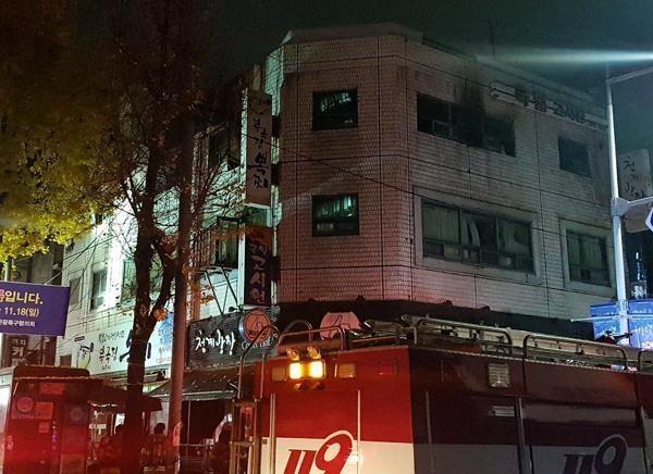 9일 새벽 소방대원들이 서울 종로구 관수동 국일고시원에서 발생한 화재를 진압하고 있다./ 김우영 기자