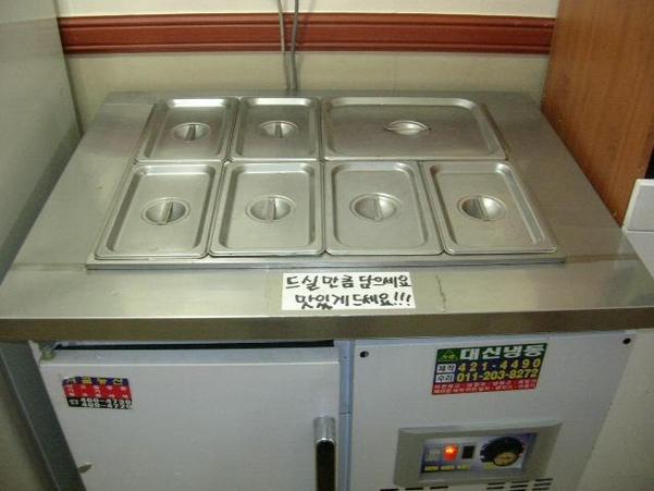 국일고시원은 밥·김치·국 등 7가지 반찬을 '뷔페식'으로 제공해왔다. 국일고시원의 반찬 냉장고 모습. /고시원넷
