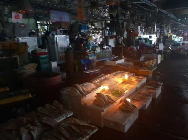 수협이 구(舊) 노량진수산시장에 단전·단수 조치를 취한지 닷새째인 9일 구시장 상인들이 촛불을 켠 채 영업을 이어가고 있다. /박소정 기자