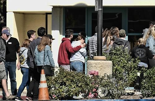 美LA 교외서 총기난사 참극…총격범 등 13명 사망 (로스앤젤레스 AP=연합뉴스) 전날 밤 술집에서 총격난사 사건이 발생한 미국 캘리포니아주 로스앤젤레스(LA) 인근 사우전드오크스에 임시로 마련된 유족 센터로 8일(현지시간) 희생자 가족 등이 들어서고 있다. 전직 해병대원 이언 데이비드 롱(29)이 글록 21 45구경 권총을 난사해 바에 있던 시민과 대응에 나선 경찰관 등 12명을 숨지게 했다. 총격범도 스스로 목숨을 끊었다. bulls@yna.co.kr (끝)