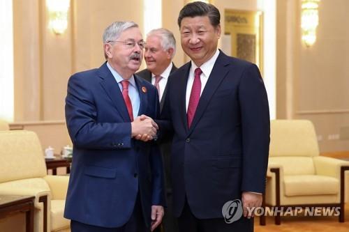시진핑 중국 국가주석(오른쪽)과 테리 브랜스태드 주중 美대사(왼쪽) [로이터=연합뉴스]