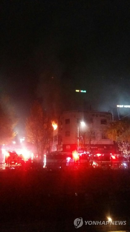 종로 고시원에 불…6명 사망·12명 부상, 피해 늘듯 (서울=연합뉴스) 9일 오전 5시께 서울 종로구 관수동 청계천 인근 한 고시원에서 불이 나 최소 6명이 사망하는 등 20명에 가까운 사상자가 발생했다. 불은 건물 3층에서 시작된 것으로 추정된다. 소방당국은 소방관 100여 명과 장비 30대를 투입해 오전 7시께 화재를 완전히 진압했다. 소방당국은 사망자와 부상자가 늘어날 가능성을 염두에 두고 있다.  [독자 이재호 씨 제공]      photo@yna.co.kr  (끝)