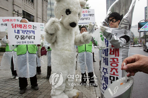 """""""담배꽁초 함부로 버리지 맙시다"""" 캠페인 [연합뉴스 자료사진]"""