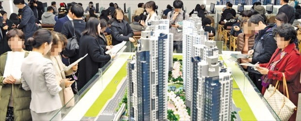 지난 2일 서울 서초동 '래미안 리더스원(서초 우성1차 재건축)' 아파트 모델하우스를 찾은 예비청약자들이 단지 모형도를 살펴보고 있다. 이 단지 이후 서울에서 공급되는 물량은 무주택자에게 대부분 돌아갈 예정이어서 일부 유주택자가 청약통장 무용론을 제기하고 있다. /한경DB