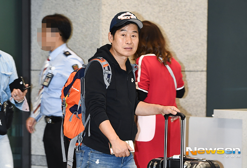<p>Cooking studies Lee Yeon-bok the SBS Law of the jungle in Northern Mariana Islands easy shooting and 11 11 p.m. Incheon International Airport No. 2 passenger terminal, through immigration.</p><p>This day, Lee Yeon-bok, this Arrival point in the walk.</p>