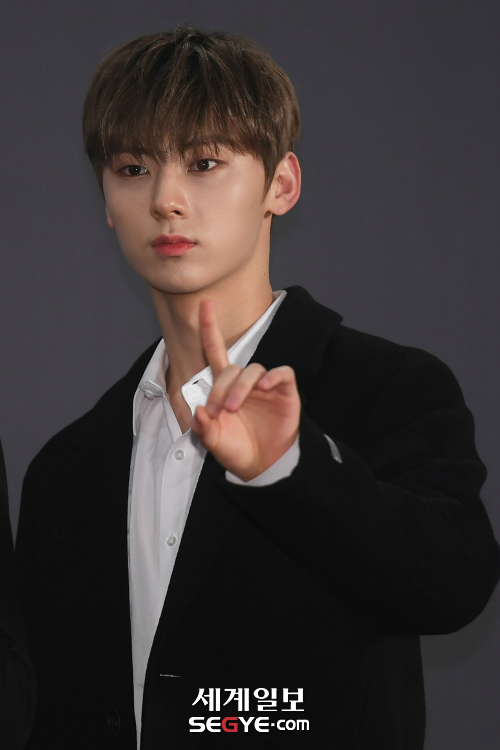 <p>Idol group Wanna One and BTS, actor Lee Jong-suk as the male star they have selected Rajkot with that much temperature fall of the style.</p><p>Wanna One is past the 6th Incheon Metropolitan City Nam-GU, Shushan East South East gymnasium open in '2018 MGA'(MBC Plus X Now Music Awards)stage. This Chugai Travel on ahead of the advancing red carpet Chugai Travel, attend Wanna One members black for one wore a chic fashion show.</p><p>Especially the raw energy of the yellow peoples Express is without a tie wearing a white shirt and black Tailored Rajkot to match a simple on the red carpet the stain. Wanna One or the other member, and retaining women black turtleneck of a top, and a white shirt to layer for cold weather preparing for black Rajkot, across the autumn fashion directing.</p><p>Circle banner with '2018 MGA'to attend the BTS station with the Black color of the fashion chose. BTS of RM white shirt and tie, black suit pants for a formal look the leather material of the long Rajkot and wear sneakers for casual style.</p><p>Another member, Jung Kook and Jin is a simple line of Tailored Rajkot wore a neat red carpet fashion. Especially two people with similar styles in different designs of the sneakers resemble seemed different impression to the fans who did.</p><p>Lee Jong-suk too condom for the material of the Rajkot wearing late autumn fashion. The last 2 days in Seoul Gangnam-GU Samsung-Dong COEX homonymous Square in the open, the Swiss watch brand, Chugai Travel, attended by Lee Jong-suk is a black turtleneck top and pants in gray wool the Rajkot match for neat and stylish style.</p>