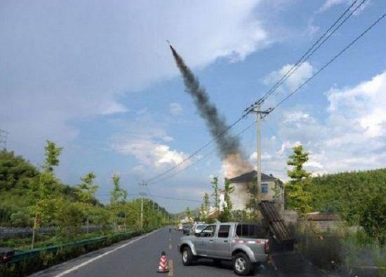 인공강우 물질을 넣은 포탄을 하늘에 쏘아올리는 모습(사진=중국 인민망)