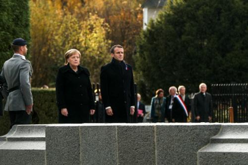 제1차 세계대전 종전 기념일을 하루 앞둔 10일(현지시간) 프랑스 북부 콩피에뉴 숲에서 앙겔라 메르켈(왼쪽 2번째) 독일 총리와 에마뉘엘 마크롱(가운데) 프랑스 대통령이 공동 추모식에서 함께 서 있다. 신화 연합뉴스