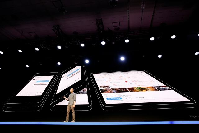 지난 7일(현지시간) 미국 샌프란시스코에서 열린 삼성개발자컨퍼런스(SDC)에서 삼성전자가 내년도에 출시할 신작 폴더블폰의 개념도가 소개되고 있다.  /샌프란시스코=로이터연합뉴스