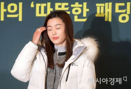 <p>The warm World, campaign Ambassador, actress Jun Ji-hyun, this 13, service Boots in the UK open to the warm World delivery ceremony Chugai Travel in posing.</p>