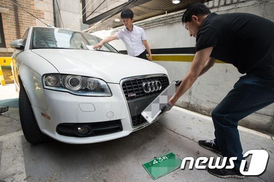 고액 체납자의 자동차 번호판을 영치하는 모습. /뉴스1 © News1 DB