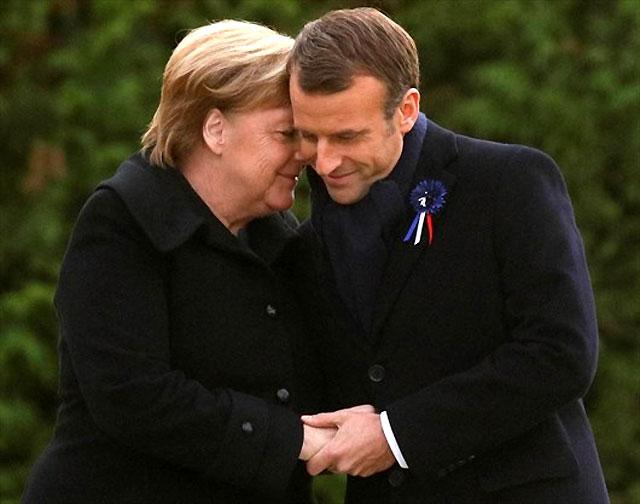 10일(현지 시간) 앙겔라 메르켈 독일 총리와 에마뉘엘 마크롱 프랑스 대통령이 100년 전 제1차 세계대전 정전협정을 맺은 프랑스 콩피에뉴 숲에서 만나 손을 맞잡고 다정하게 인사를 나누고 있다. 콩피에뉴=AP 뉴시스