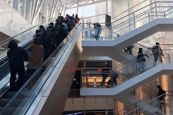 아이돌과 제작진이 탄 에스컬레이터가 통제되자 계단으로 뛰어 올라가는 홈마들. 사진=조재형 기자