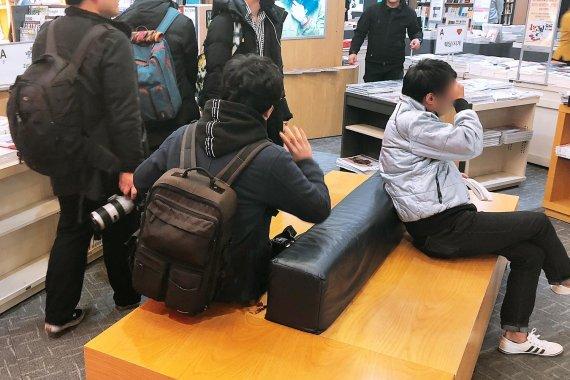 일부 홈마가 서점에 설치된 의자에 앉아 대화를 나누고 있다. 사진=조재형 기자