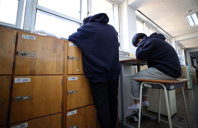 2019학년도 대학수학능력시험을 이틀 앞둔 13일 서울의 한 고등학교에서 3학년 수험생들이 복도에 나와 자습을 하고 있다. 연합뉴스