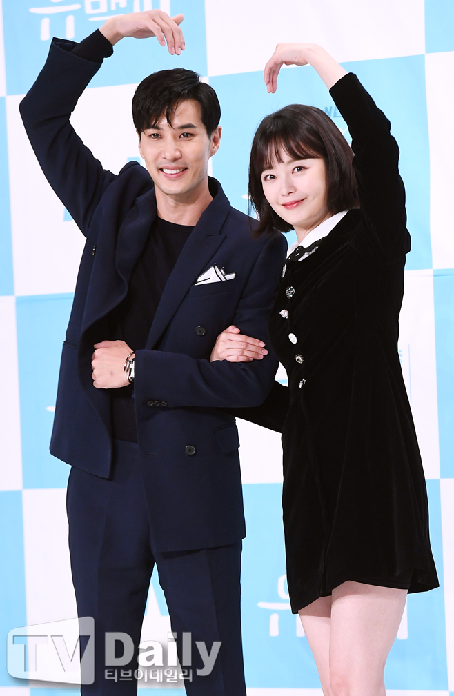 <p> tvN drama Top star Milky production presentation is the afternoon of 14 Yeongdeungpo Times Square in progress.</p><p>This day making presentations in Kim Ji-seok, Jeon So-min, Lee Sang-Yeob, to allow certain people, like the Bishop were in attendance.</p><p>Top stars Milkyis a large and to hit a secluded island in exile between the top stars Milky(Kim Ji-seok)is the Slow Life of the island; and even a virgin can Yi(Jeon So-min)met happening the civilization conflict a romance drama with 16th night 11 oclock the first broadcast.</p><p>Top stars Milky production presentation</p>