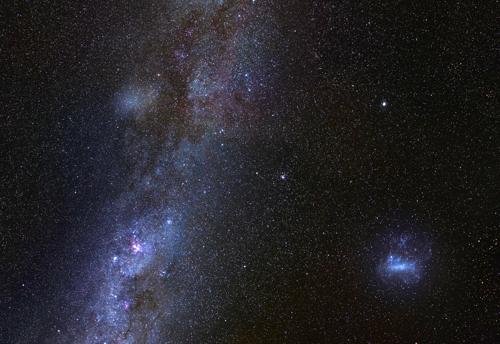 지구에서 관찰한 앤틀리아 2(왼쪽 상단)와 우리은하(왼쪽 하단). 오른쪽은 LMC. [출처: G.토레알바, V.벨로쿠로브]