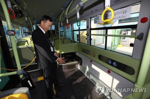 1711번 전기버스 (서울=연합뉴스) 서명곤 기자 = 15일 오전 서울 성북구 정릉 도원교통 차고지에서 직원이 서울 시내버스에 처음으로 도입된 1711번 전기버스 내부를 소개하고 있다.  1711번은 국민대학교 앞에서 평창동, 경복궁역을 지나 시청, 서울역, 용산, 공덕역을 오가는 노선이다. 이날 투입된 1711번 전기버스는 오는 20일까지  9대가 순차적으로 전기버스로 바뀐다.    2018.11.15      photo@yna.co.kr  (끝)