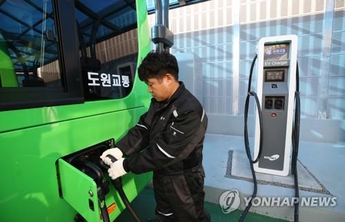 1711번 전기버스 충전완료 (서울=연합뉴스) 서명곤 기자 = 15일 오전 서울 성북구 정릉 도원교통 차고지에서 한 직원이 서울 시내버스에 처음으로 도입된 1711번 전기버스에 충전을 하고 있다.  1711번은 국민대학교 앞에서 평창동, 경복궁역을 지나 시청, 서울역, 용산, 공덕역을 오가는 노선이다. 이날 투입된 1711번 전기버스는 오는 20일까지  9대가 순차적으로 전기버스로 바뀐다.  2018.11.15      photo@yna.co.kr  (끝)