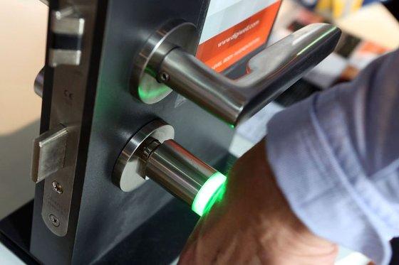 패트릭 크라머가 손 안에 이식한 마이크로칩으로 어떻게 문을 여는지 시연하고 있다. [AFP=연합뉴스]