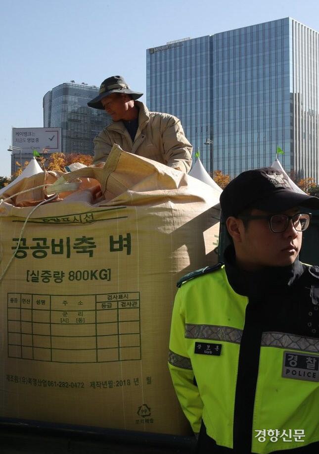 지난 2일 전국농민회총연맹과 전국쌀생산자협회 소속 농민들이 서울 세종로 정부서울청사 앞으로 몰고온 트럭에 공공비축미 건조벼가 실려있다. 농민들은 공공비축미 방출 계획을 철회할 것을 요구했다. 연합