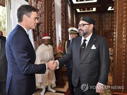 스페인 페드로 산체스(왼쪽) 총리가 19일(현지시간) 모로코 수도 라바트에서 모로코 국왕 모함마드 6세와 만나 인사를 나누고 있다. [AP=연합뉴스]