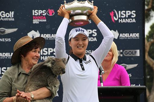 2018년 LPGA 투어 태극낭자들의 활약상 가운데선 고진영의 데뷔전 우승을 빼놓을 수 없다. 2월 호주 오픈에서 우승 트로피를 들어올리며 활짝 웃고 있는 고진영. 사진제공|갤럭시아SM